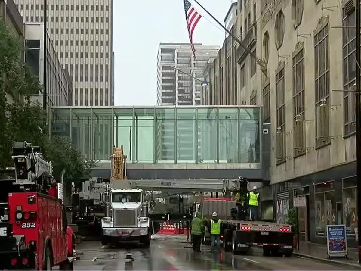Last portions of Cincinnati's Skywalk coming down