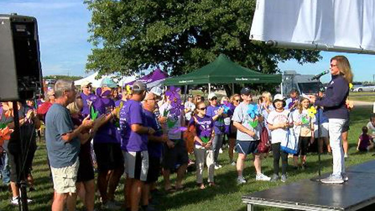 Nearly 1,500 people walk to help end Alzheimer's disease