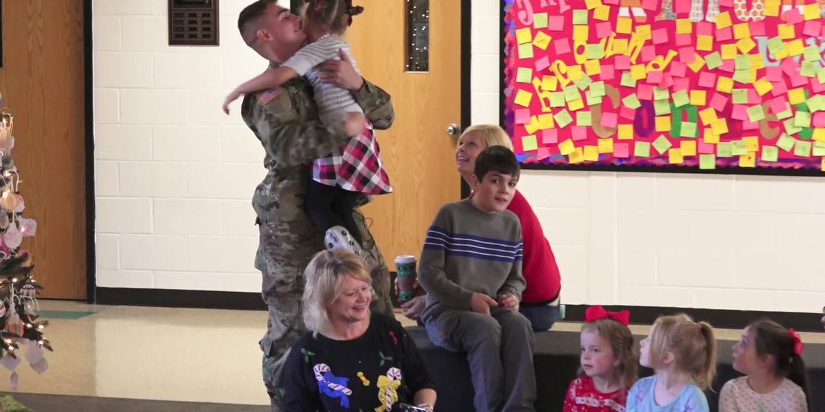 Returning soldier surprises sister for the holidays