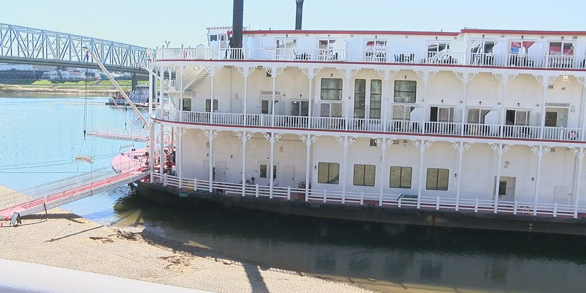 Steamboat taking passengers to Kentucky Derby departs from Cincinnati