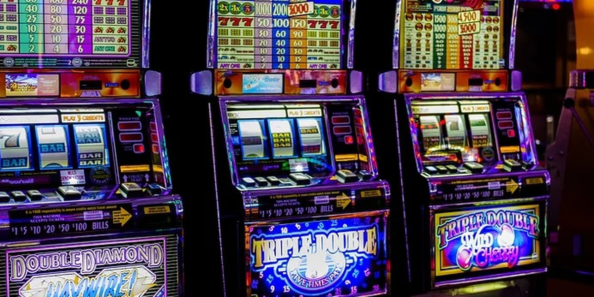 Patrons now allowed to eat, drink, smoke while playing slots at Hollywood Casino