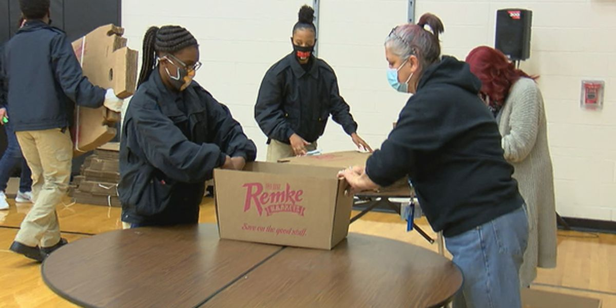 Local organizations help feed 400 Price Hill families for Thanksgiving